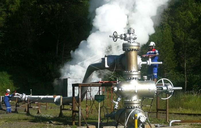 Pekerja PT. Pertamina Geothermal Energy (PT. PGE) melakukan uji produksi salah satu sumur panasbumi di area Pembangkit Listrik Tenaga Panas Bumi (PLTP) Karaha Unit.  (sumber foto : ANTARA)