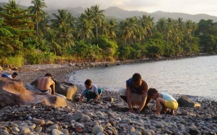 Di Pantai Kawaliwu, Air Panasbumi Bersembunyi di Hamparan Batu